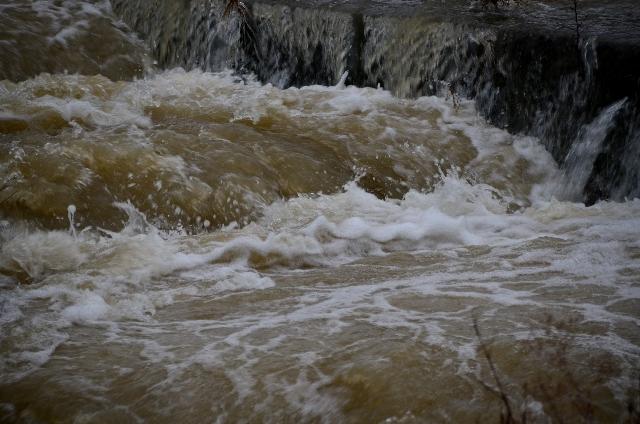豪雨後の濁流4