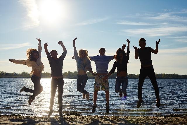 水際でジャンプする若者たち5