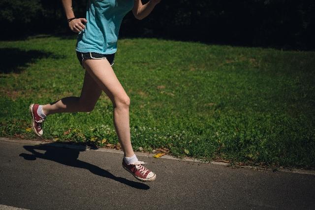 公園でジョギングする女性20