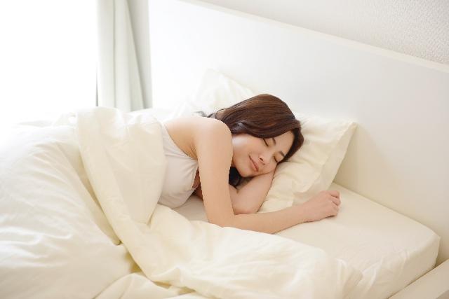 ベッドで眠る女性1