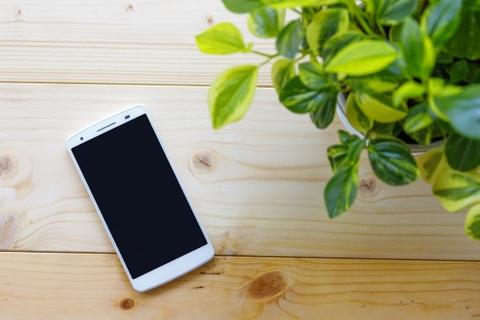 木材の上に置かれたスマートフォン